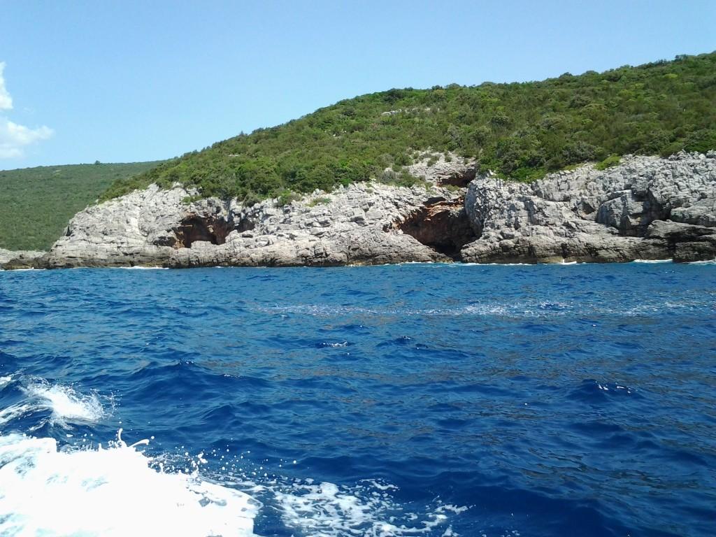 In barca, spre Pestera Albastra