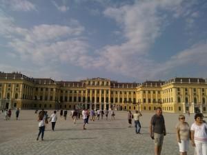 Palatul Schonbrunn vazut din fata